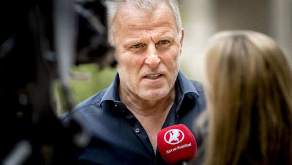 In this photograph taken on May 24, 2017, Dutch crime reporter Peter R. de Vries speaks with media representatives in Arnhem. - A well-known Dutch crime reporter  was rushed to hospital with gunshot wounds on July 6, 2021 - Sputnik International