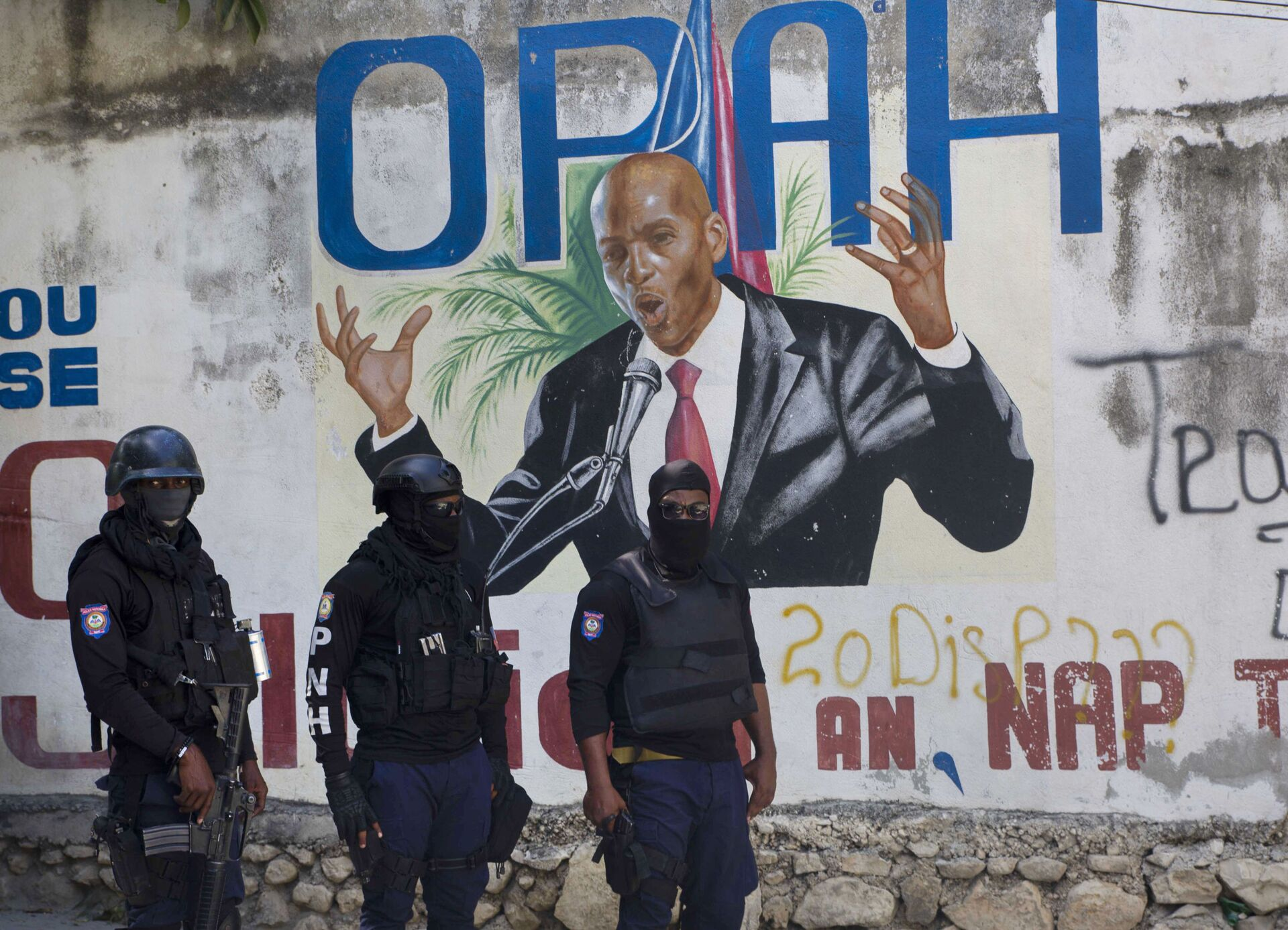 Police stand near a mural featuring Haitian President Jovenel Moise, near the leader's residence where he was killed by gunmen in the early morning hours in Port-au-Prince, Haiti, Wednesday, July 7, 2021. - Sputnik International, 1920, 07.09.2021