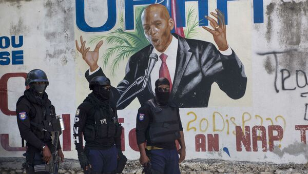Police stand near a mural featuring Haitian President Jovenel Moise, near the leader's residence where he was killed by gunmen in the early morning hours in Port-au-Prince, Haiti, Wednesday, July 7, 2021. - Sputnik International