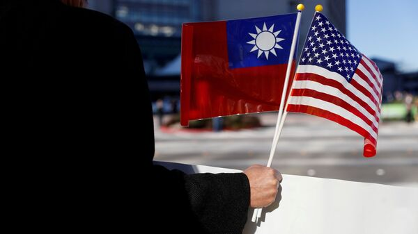 A demonstrator holds flags of Taiwan and the United States in support of Taiwanese President Tsai Ing-wen during an stop-over after her visit to Latin America in Burlingame, California, 14 January 2017. REUTERS/Stephen Lam/File Photo - Sputnik International