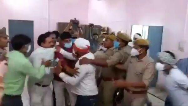 Visuals from Kannauj district in Uttar Pradesh. Brawl inside nomination hall in presence of police during block pramukh nominations - Sputnik International