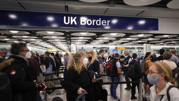 Arriving passengers queue at UK Border Control at the Terminal 5 at Heathrow Airport in London - Sputnik International
