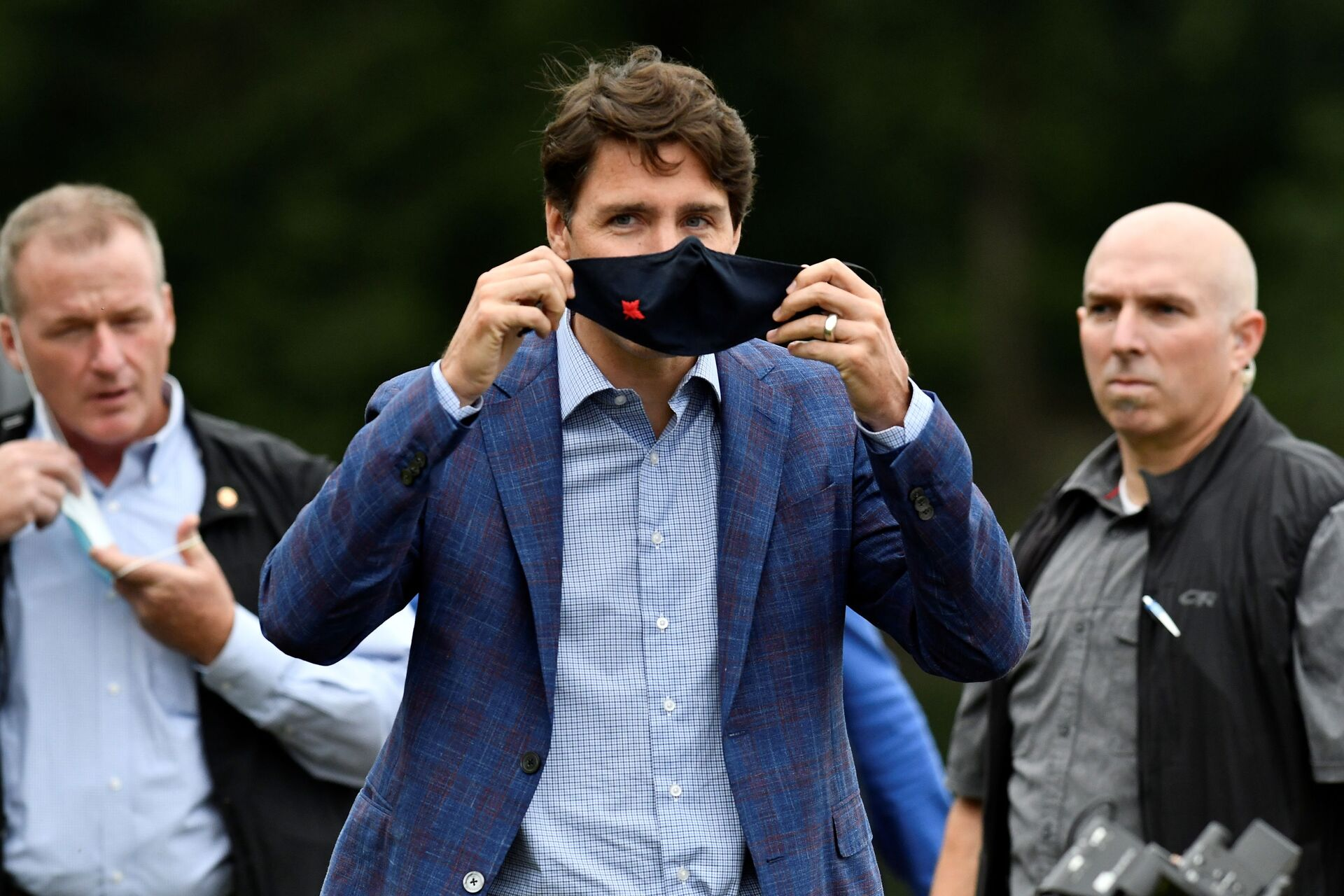 Canada's Prime Minister Justin Trudeau puts on a face mask at Town Centre Park in Coquitlam, British Columbia, Canada July 8, 2021. - Sputnik International, 1920, 15.09.2021