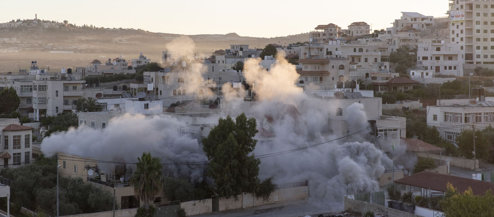 An Israeli army unit demolishes the house of Palestinian American Muntasser Shalaby using controlled explosions, in the West Bank village of Turmus Ayya, north of Ramallah, Thursday, July. 8, 2021.  - Sputnik International, 1920, 08.07.2021