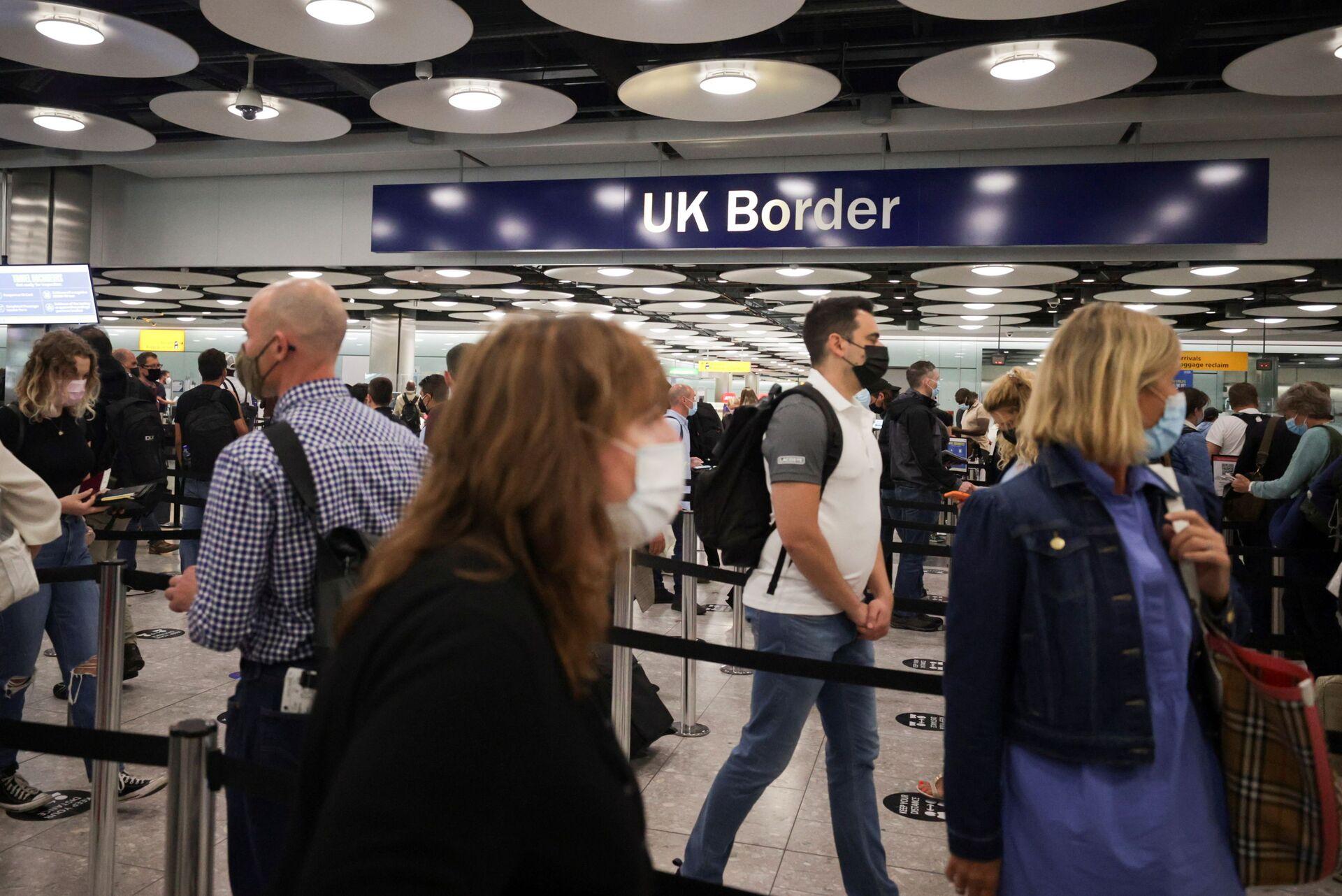 Arriving passengers queue at UK Border Control at the Terminal 5 at Heathrow Airport in London, Britain June 29, 2021 - Sputnik International, 1920, 07.09.2021