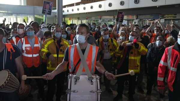 Protesters demonstrate in front of the passport control of Terminal 2E of Charles de Gaulle Airport in Paris, Friday, July 2, 2021. Paris airport workers protesting pay cuts blocked a busy terminal at a Charles de Gaulle Airport and skirmished with police - Sputnik International