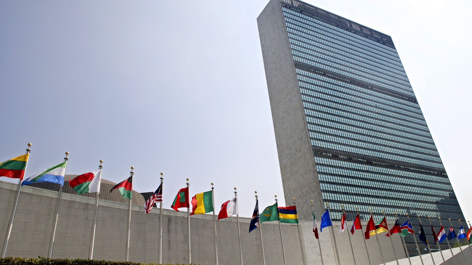In this Sept. 13, 2005, file photo, the flags of member nations fly outside the General Assembly building at the United Nations headquarters in New York. - Sputnik International, 1920, 14.09.2021