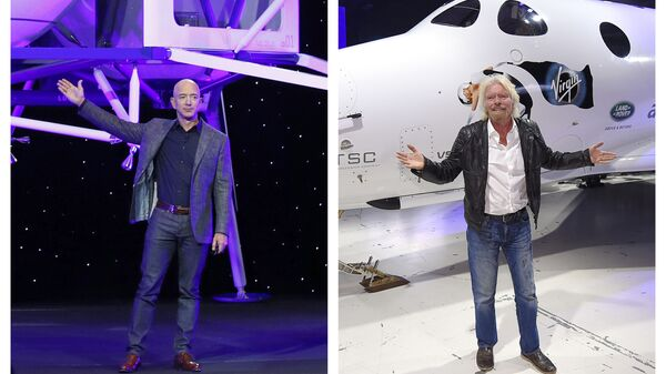 This combination of 2019 and 2016 file photos shows Jeff Bezos with a model of Blue Origin's Blue Moon lunar lander in Washington, left, and Richard Branson with Virgin Galactic's SpaceShipTwo space tourism rocket in Mojave, Calif - Sputnik International