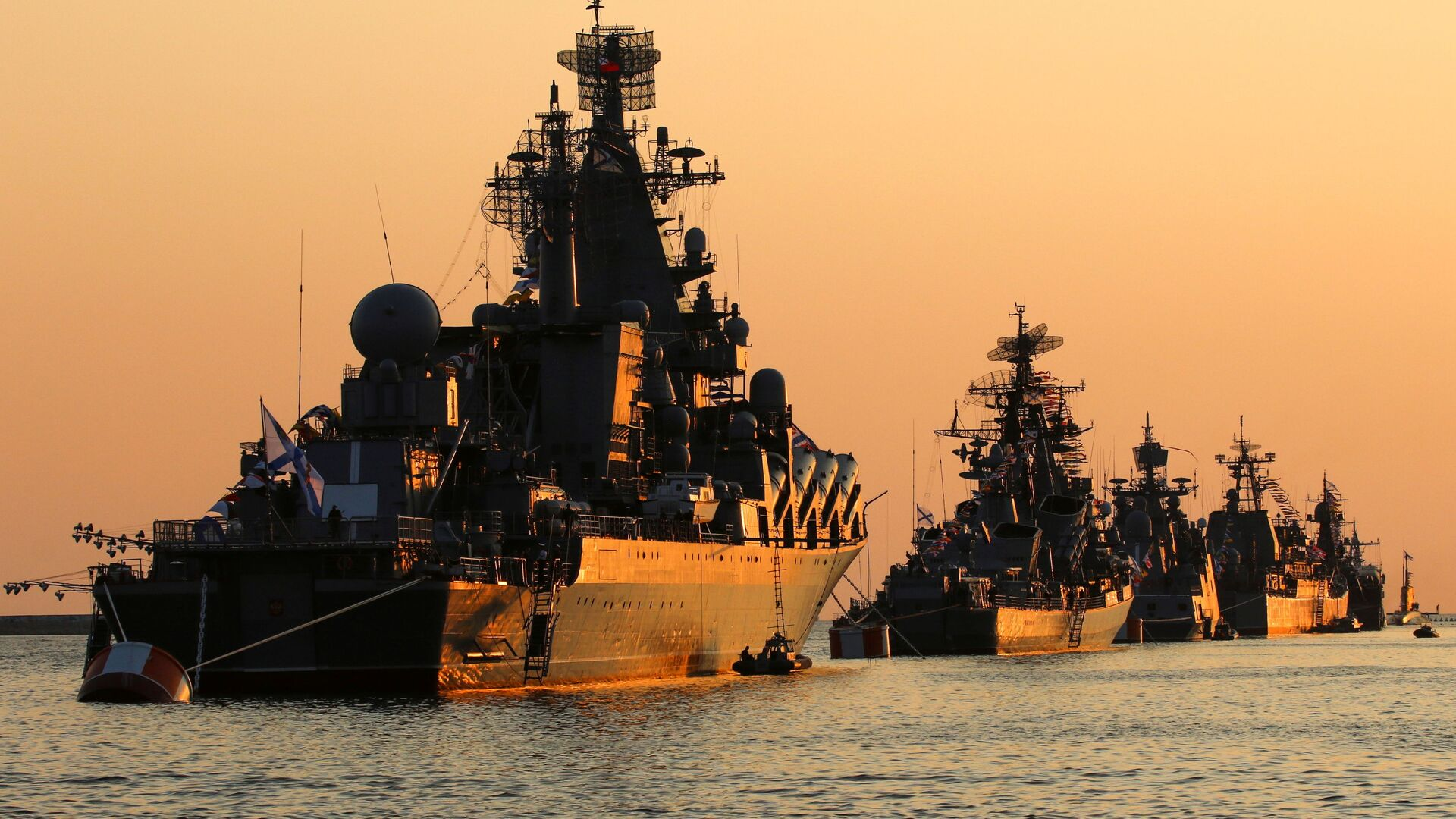 A view shows Russian warships on sunset ahead of the Navy Day parade in the Black Sea port of Sevastopol, Crimea July 27, 2019. - Sputnik International, 1920, 25.07.2021
