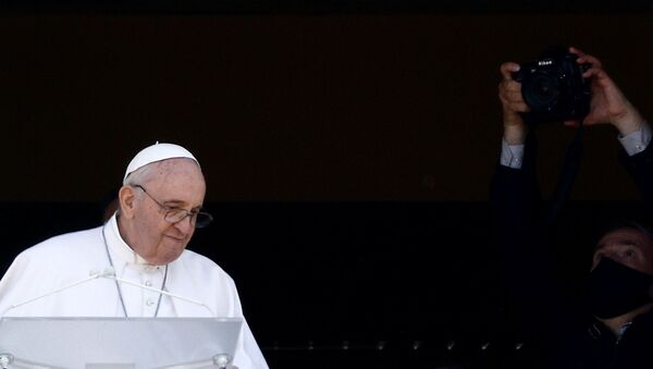 Pope Francis leads the Angelus prayer from a balcony of the Gemelli hospital, as he recovers following scheduled surgery on his colon, in Rome, Italy, July 11, 2021. - Sputnik International