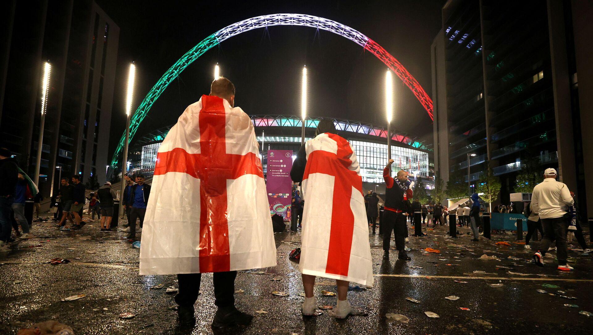 England fans outside Wembley Stadium after Italy wins the Euro 2020 final - Sputnik International, 1920, 12.07.2021