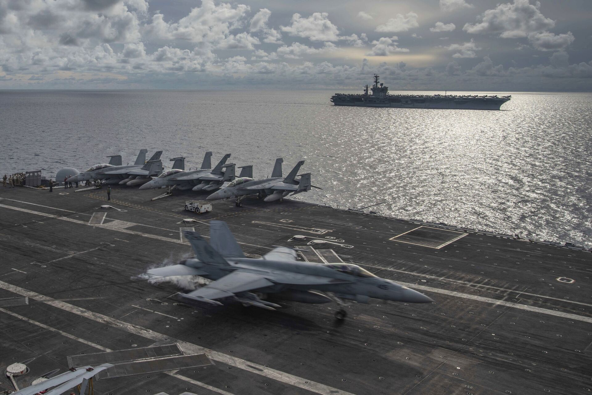 In this photo provided by U.S. Navy, an F/A-18E Super Hornet lands on the flight deck of the USS Ronald Reagan (CVN 76), as USS Nimitz (CVN 68) steams alongside in the South China Sea, Monday, July 6, 2020. - Sputnik International, 1920, 08.10.2021