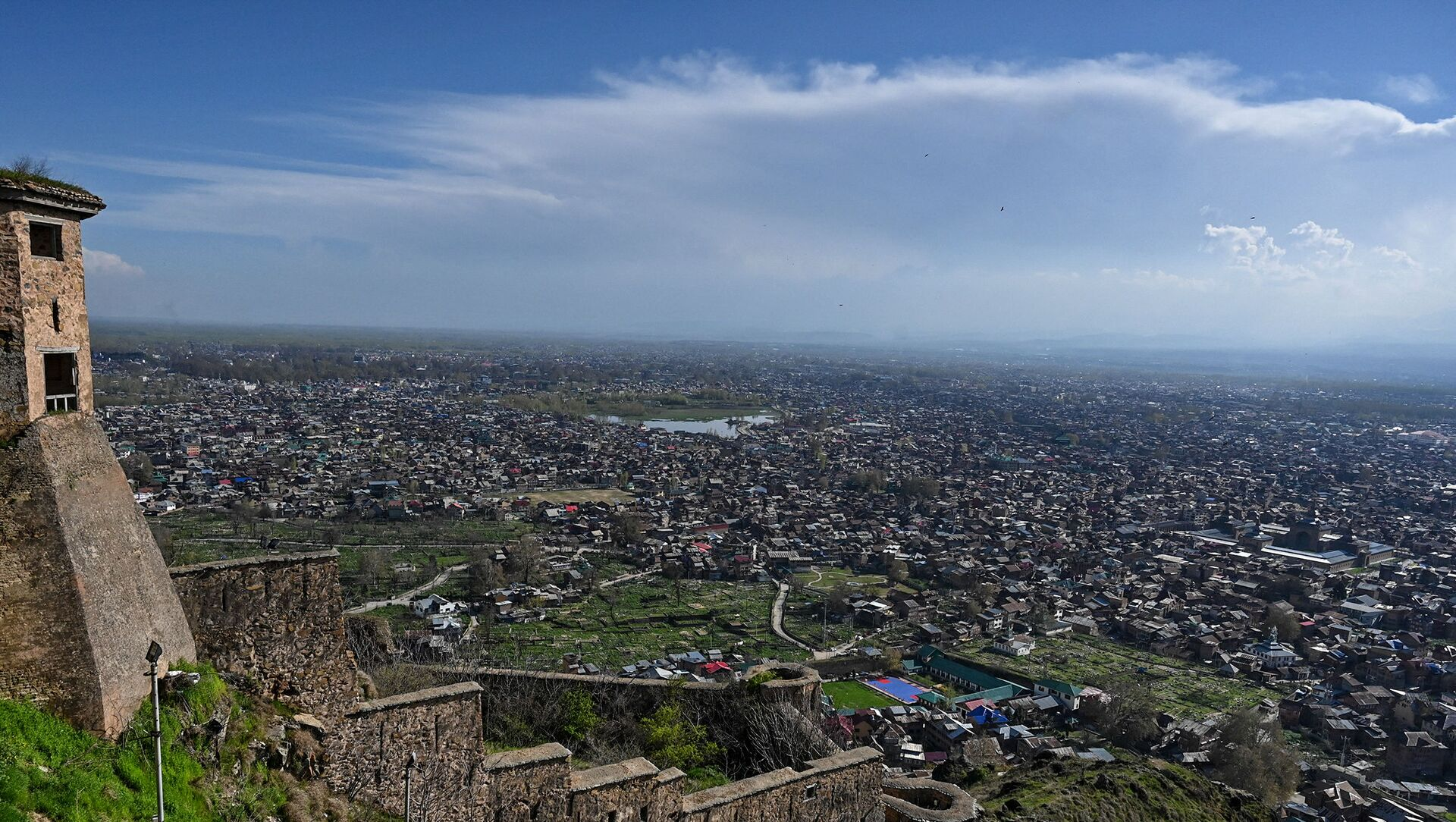 A general view shows the city from Hari Parbat Fort during a government-imposed nationwide lockdown as a preventive measures against the COVID-19 coronavirus, in Srinagar on 4 April 2020 - Sputnik International, 1920, 05.08.2021