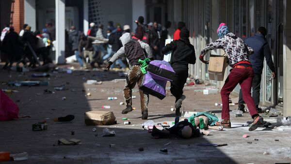 Demonstrators on 12 July 2021 loot stores in Katlehong - about 16 miles south-east of Johannesburg, South Africa - as protests continue in after the imprisonment of former South African President Jacob Zuma. - Sputnik International