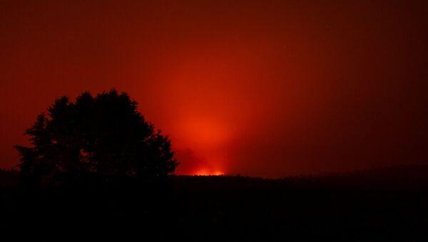 The Bootleg Fire glows in the distance, near Beatty, Oregon, U.S., July 13, 2021. - Sputnik International