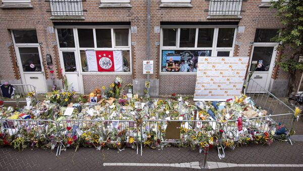 Flowers have been laid in the Lange Leidsedwarsstraat street in tribute to Dutch prominent crime journalist Peter R de Vries who was gunned down in broad daylight on July 6, 2021 on a busy Amsterdam street shortly after leaving a television talk-show, in the center of Amsterdam on July 12, 2021 - Sputnik International