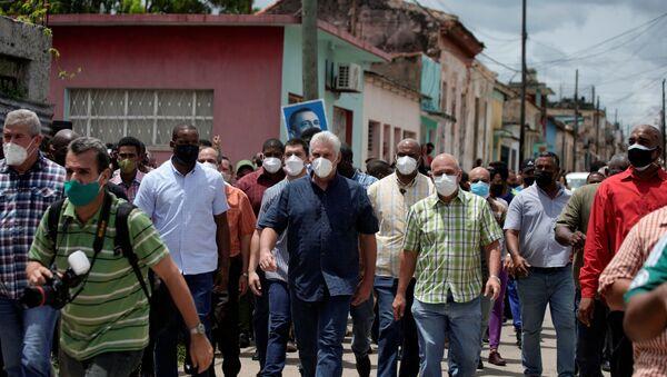 Cuba's President Miguel Diaz-Canel walks with others, in San Antonio de los Baños - Sputnik International