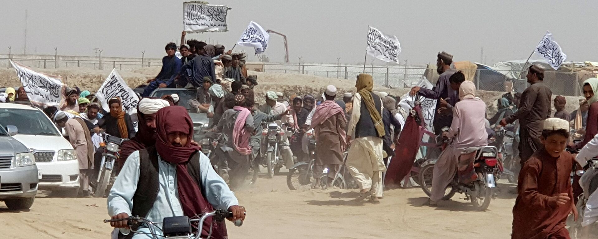 People on vehicles, holding Taliban flags, gather near the Friendship Gate crossing point in the Pakistan-Afghanistan border town of Chaman, Pakistan July 14, 2021 - Sputnik International, 1920, 23.07.2021