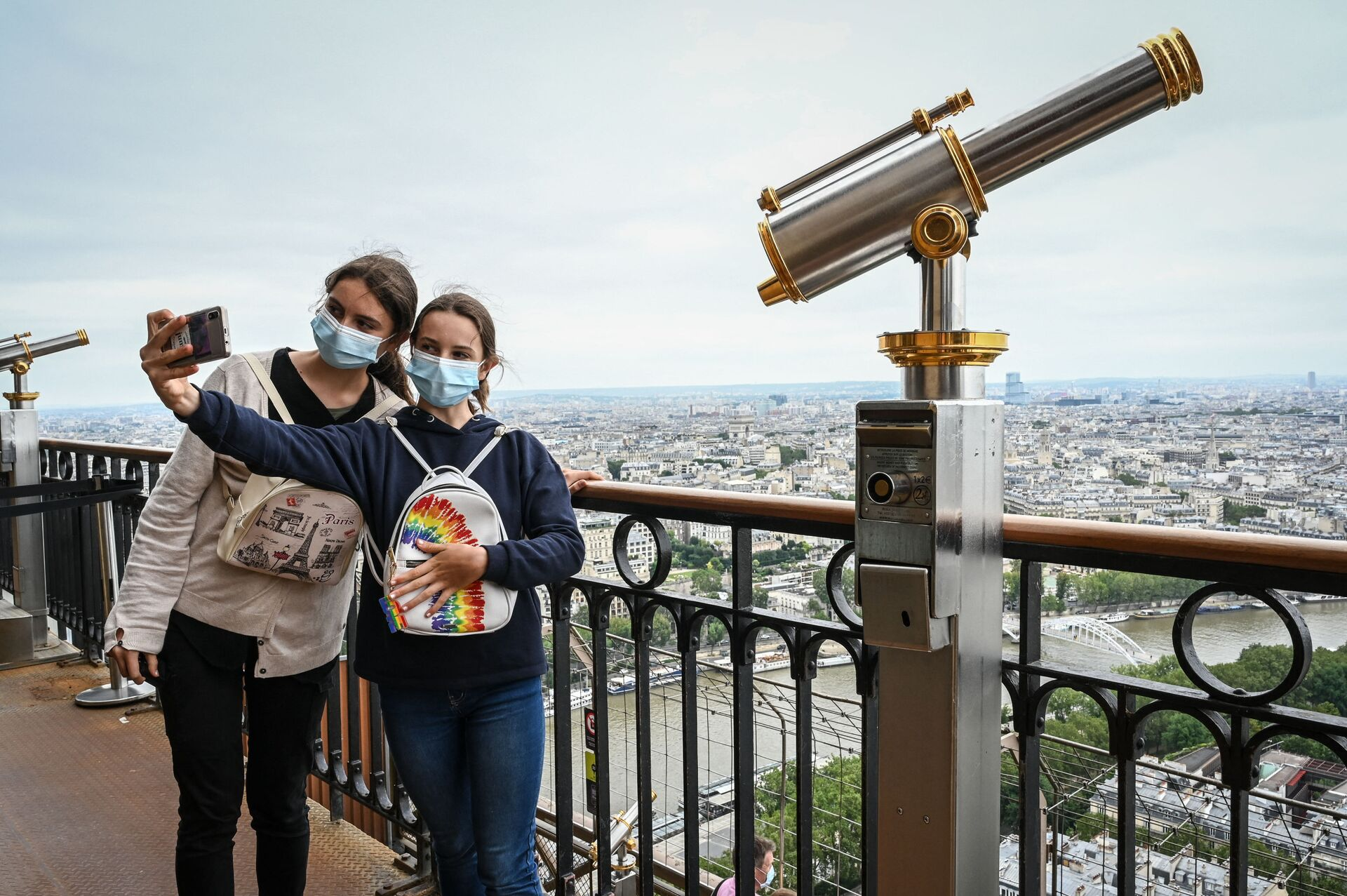 Visitors take a selfie picture as they visit the Eiffel Tower in Paris, on July 16, 2021. - The Eiffel Tower reopened to visitors on July 16, 2021, after nine months of shutdown caused by the Covid pandemic. Up to 13,000 people per day will be allowed to take the elevators to the top and take in the views over the French capital, down from 25,000 in the pre-Covid era - Sputnik International, 1920, 07.09.2021