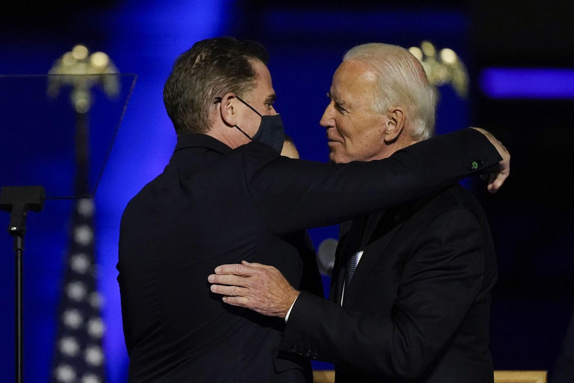 President-elect Joe Biden hugs his son Hunter Biden on stage Saturday, Nov. 7, 2020, in Wilmington, Del - Sputnik International, 1920, 07.09.2021