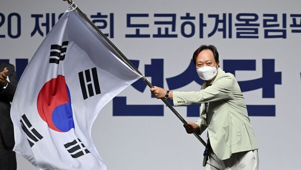 Head of South Korea's delegation to Tokyo 2020 Olympic Games, Jang In-hwa, waves the national flag during an inaugural ceremony ahead of the team's departure for Japan, in Seoul, South Korea, 8 July 2021 - Sputnik International