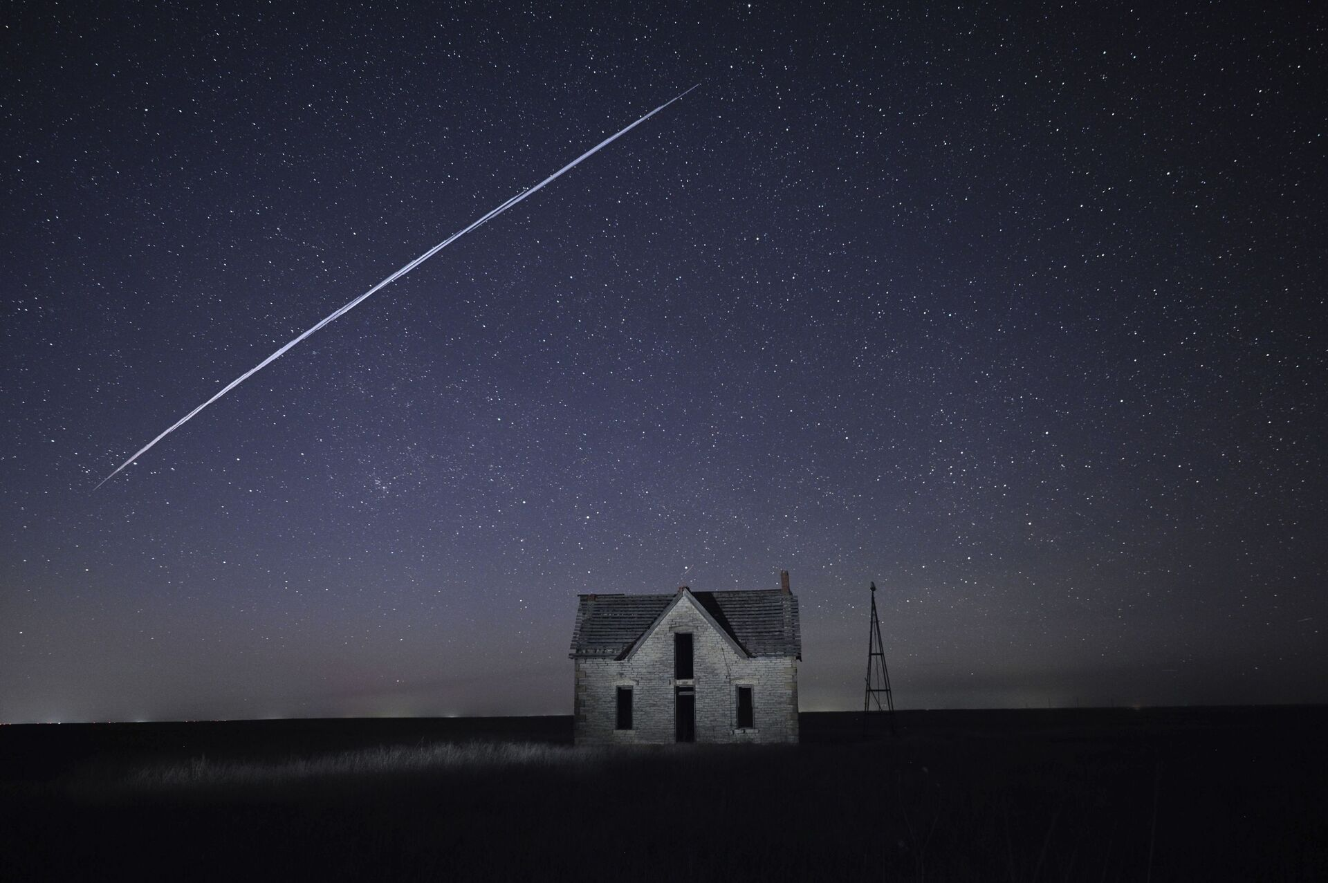 File-In this photo taken May 6, 2021, with a long exposure, a string of SpaceX StarLink satellites passes over an old stone house near Florence, Kan - Sputnik International, 1920, 07.09.2021