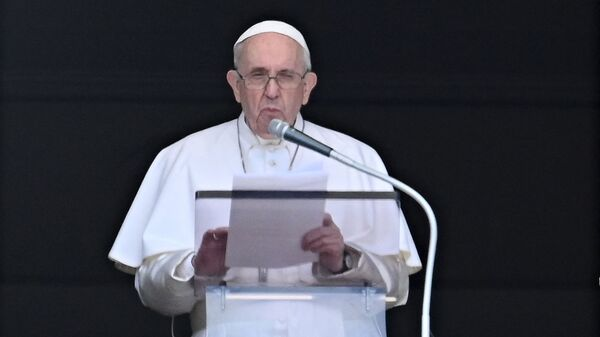 Pope Francis delivers the Sunday Angelus prayer from the window of his study overlooking St. Peter' Square at the Vatican on July 18, 2021.  - Sputnik International