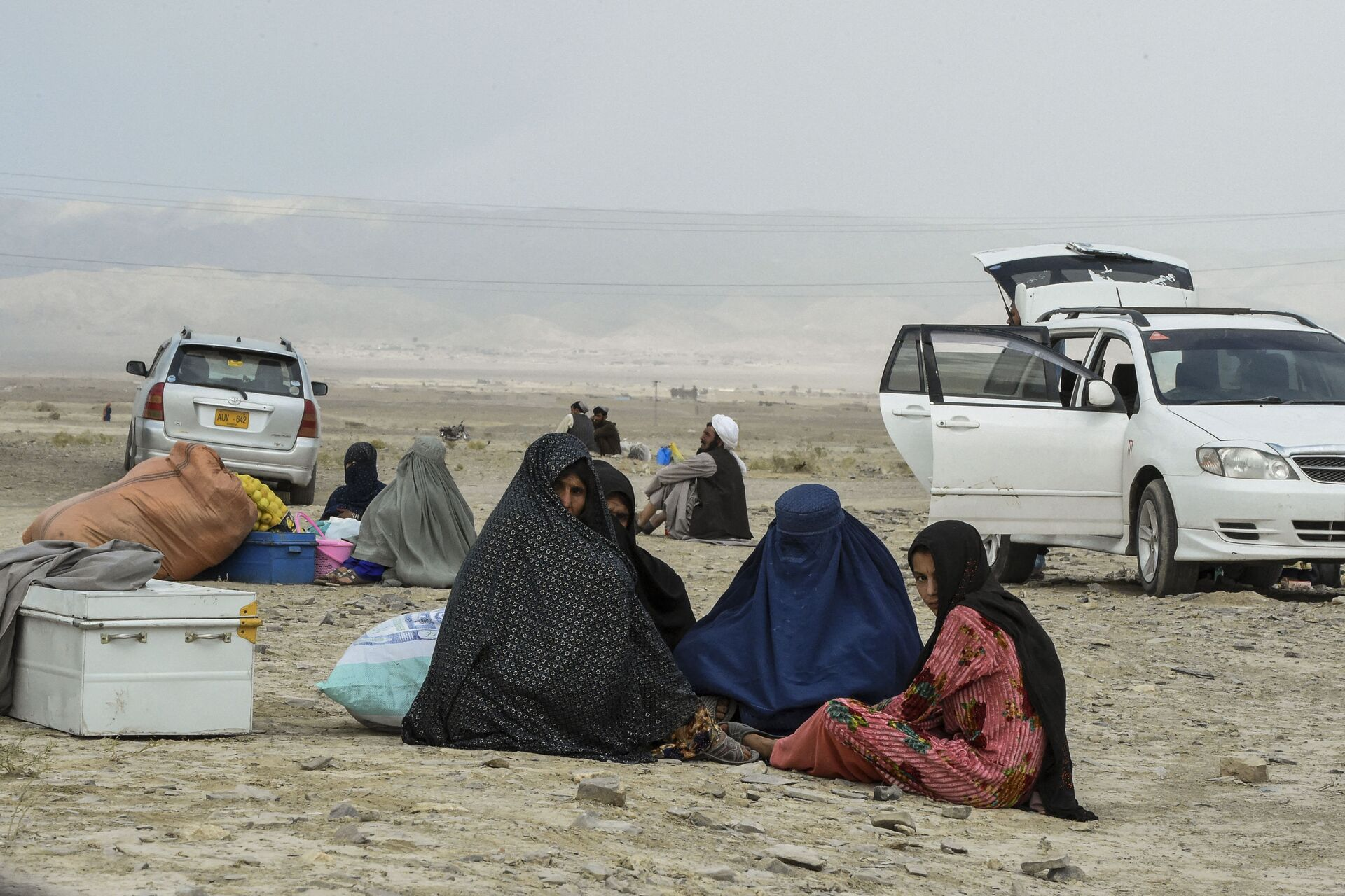Stranded people wait for the reopening of border crossing point in Pakistan's border town of Chaman on July 16, 2021, following clashes between Afghan forces and Taliban fighters in Spin Boldak to retake the key border crossing with Pakistan. - Sputnik International, 1920, 15.09.2021