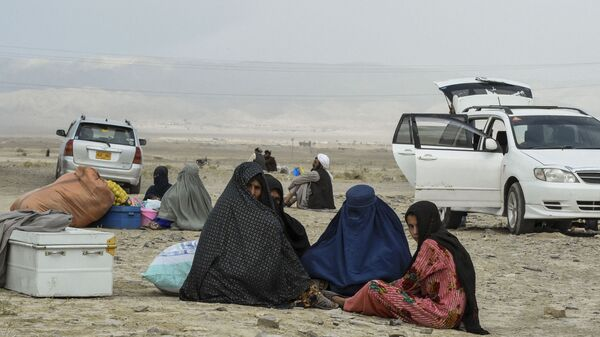 Stranded people wait for the reopening of border crossing point in Pakistan's border town of Chaman on 16 July 2021, following clashes between Afghan forces and Taliban fighters in Spin Boldak to retake the key border crossing with Pakistan. - Sputnik International