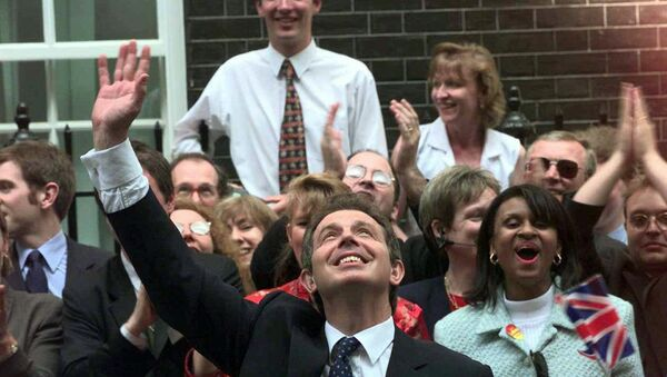 Tony Blair arrives at 10 Downing Street after his 1997 election victory - Sputnik International