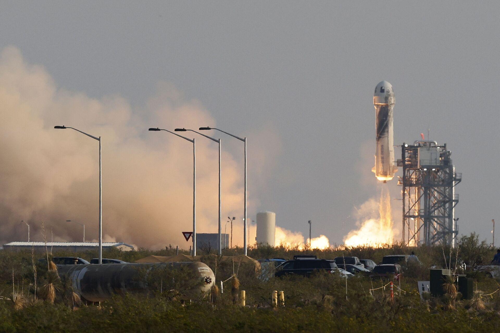 Billionaire businessman Jeff Bezos is launched with three crew members aboard a New Shepard rocket on the world's first unpiloted suborbital flight from Blue Origin's Launch Site 1 near Van Horn, Texas , U.S., July 20, 2021 - Sputnik International, 1920, 07.09.2021