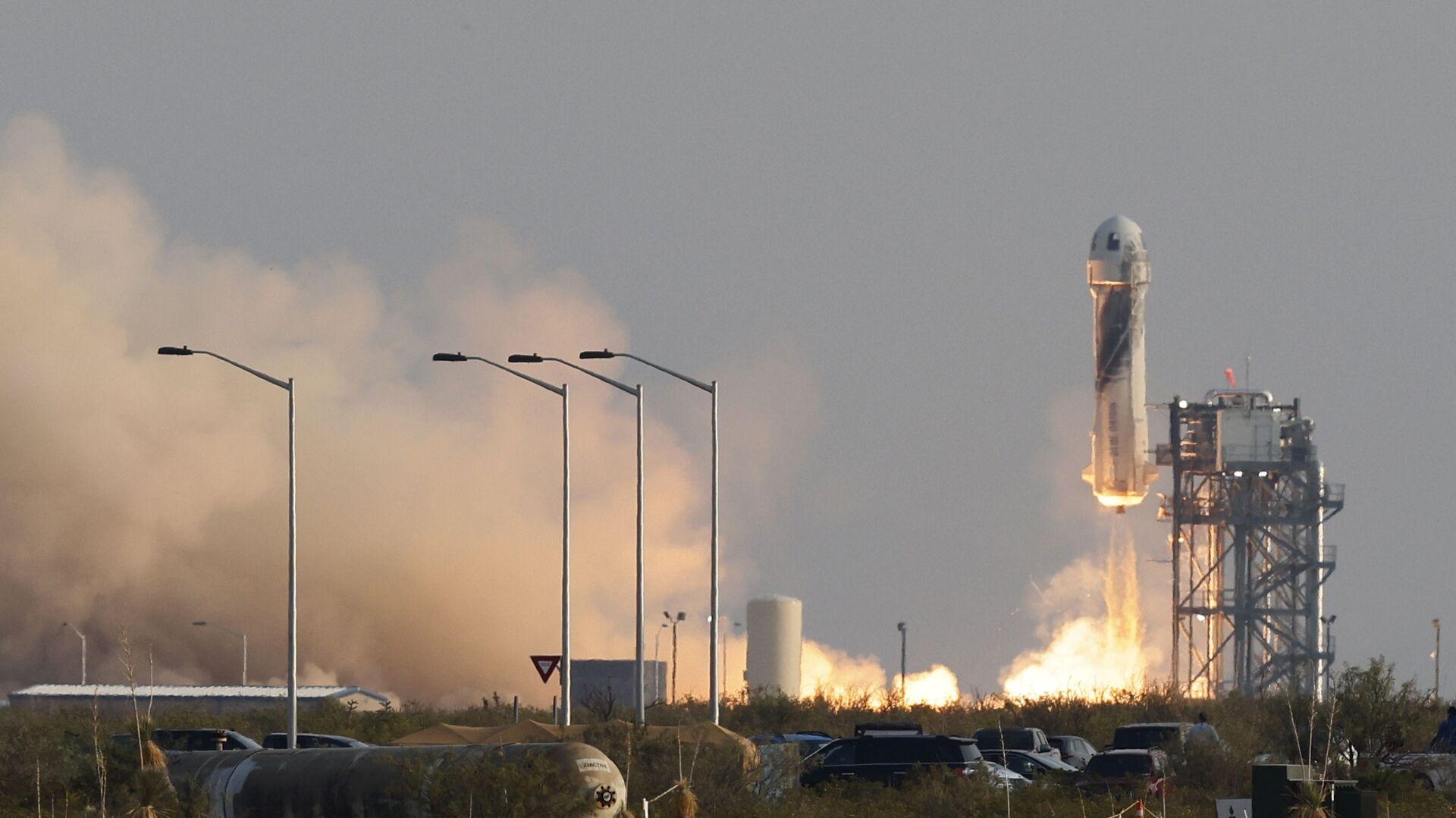 Billionaire businessman Jeff Bezos is launched with three crew members aboard a New Shepard rocket on the world's first unpiloted suborbital flight from Blue Origin's Launch Site 1 near Van Horn, Texas , U.S., July 20, 2021 - Sputnik International, 1920, 25.09.2021