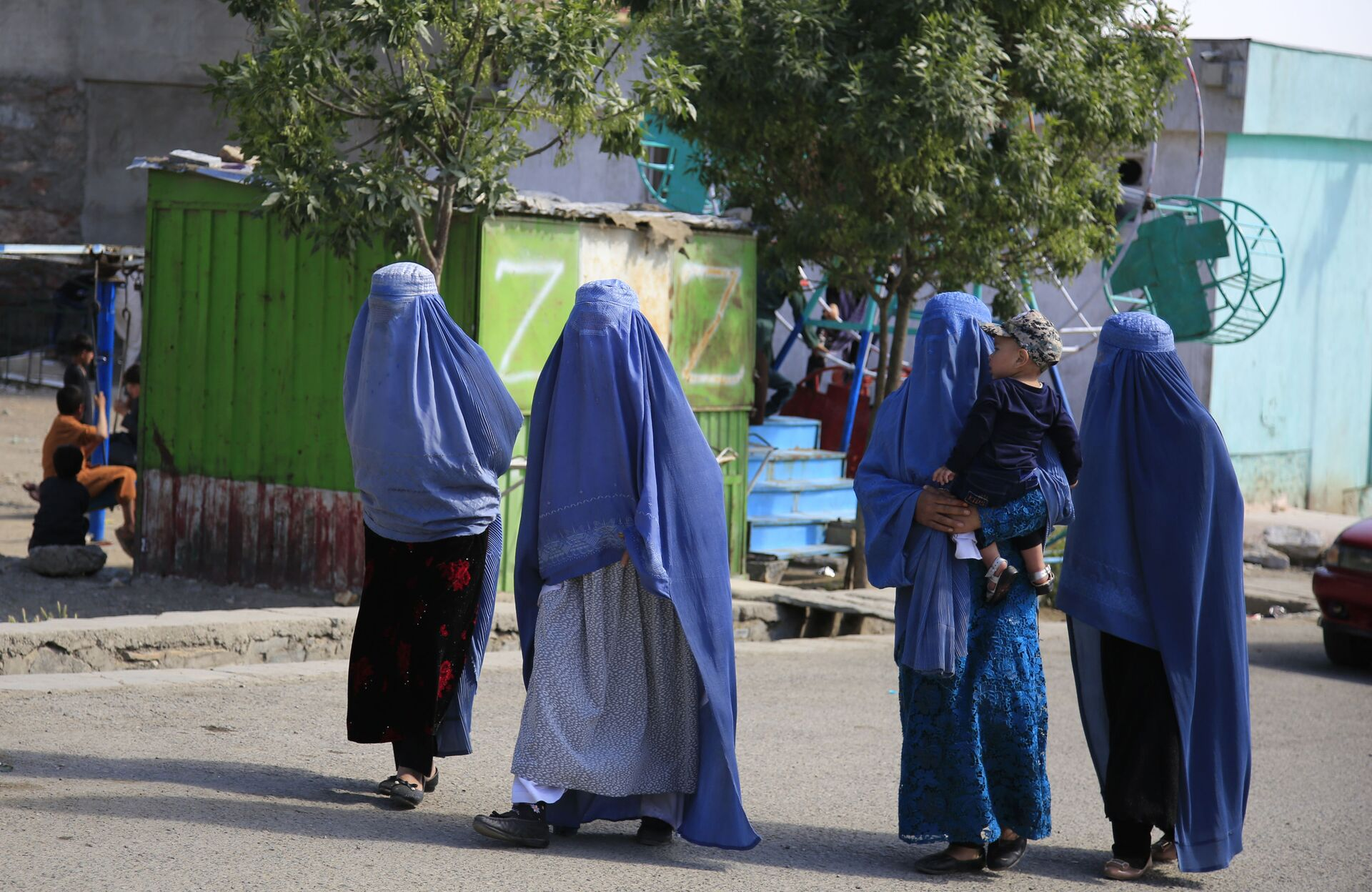 Afghan women walk on the road during the first day of Eid al-Fitr in Kabul, Afghanistan, Thursday, May 13, 2021 - Sputnik International, 1920, 07.09.2021