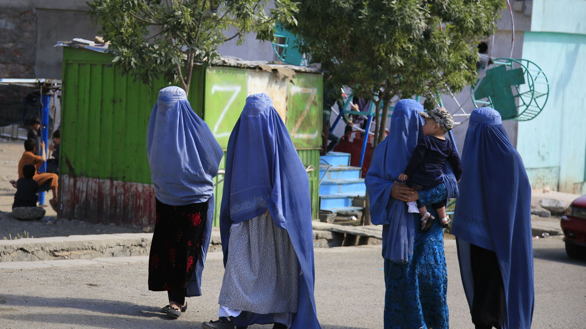 Afghan women walk on the road during the first day of Eid al-Fitr in Kabul, Afghanistan, Thursday, May 13, 2021 - Sputnik International, 1920, 02.08.2021