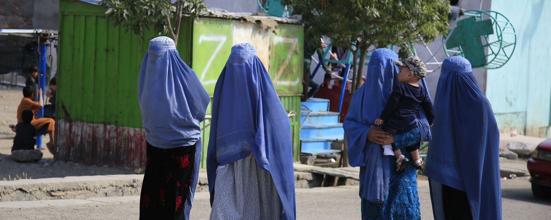 Afghan women walk on the road during the first day of Eid al-Fitr in Kabul, Afghanistan, Thursday, May 13, 2021 - Sputnik International, 1920, 17.08.2021
