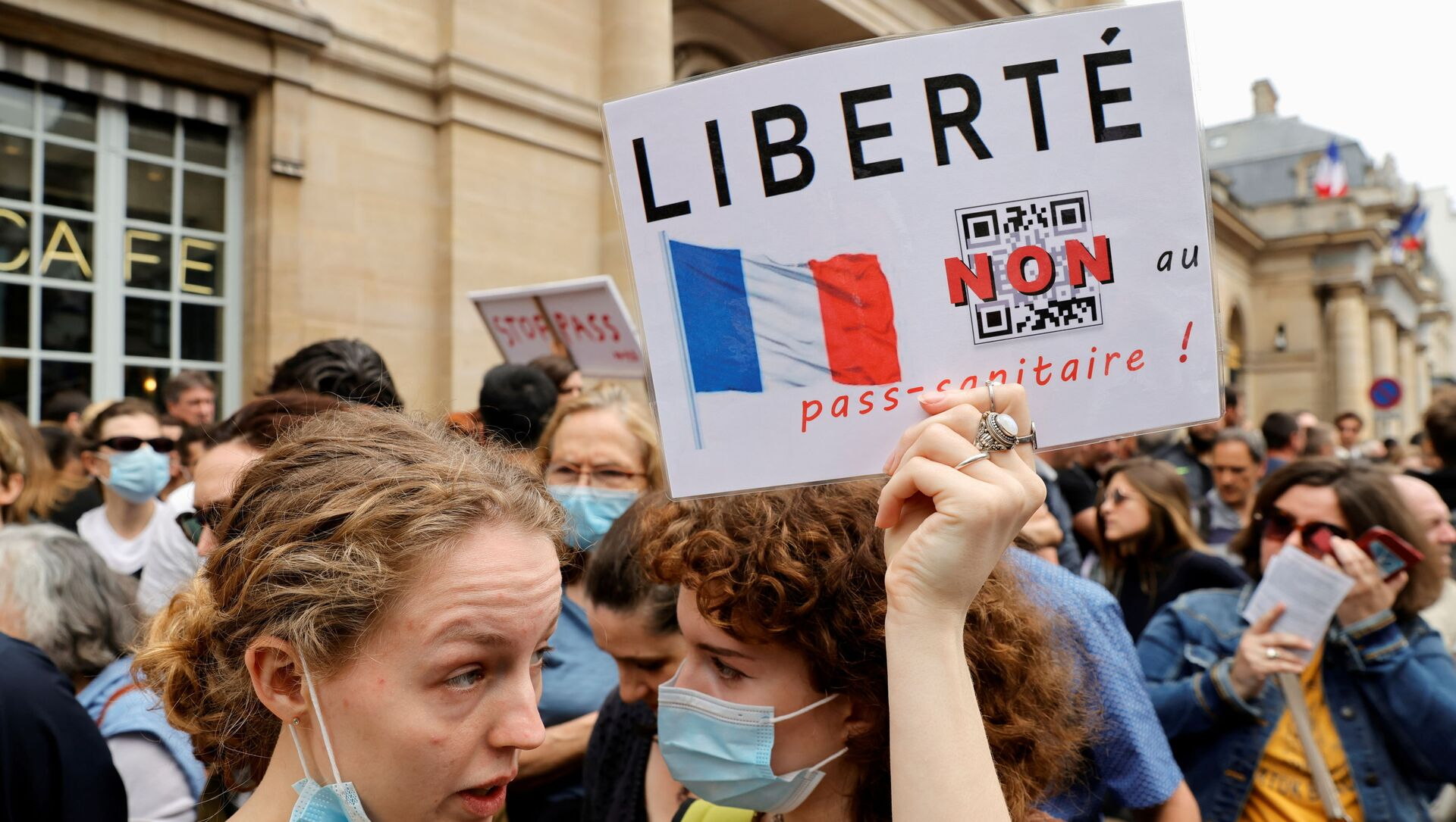 Demonstrators attend a protest against the new measures announced by French President Emmanuel Macron to fight the coronavirus disease (COVID-19) outbreak, in Paris, France, July 17, 2021. - Sputnik International, 1920, 31.07.2021
