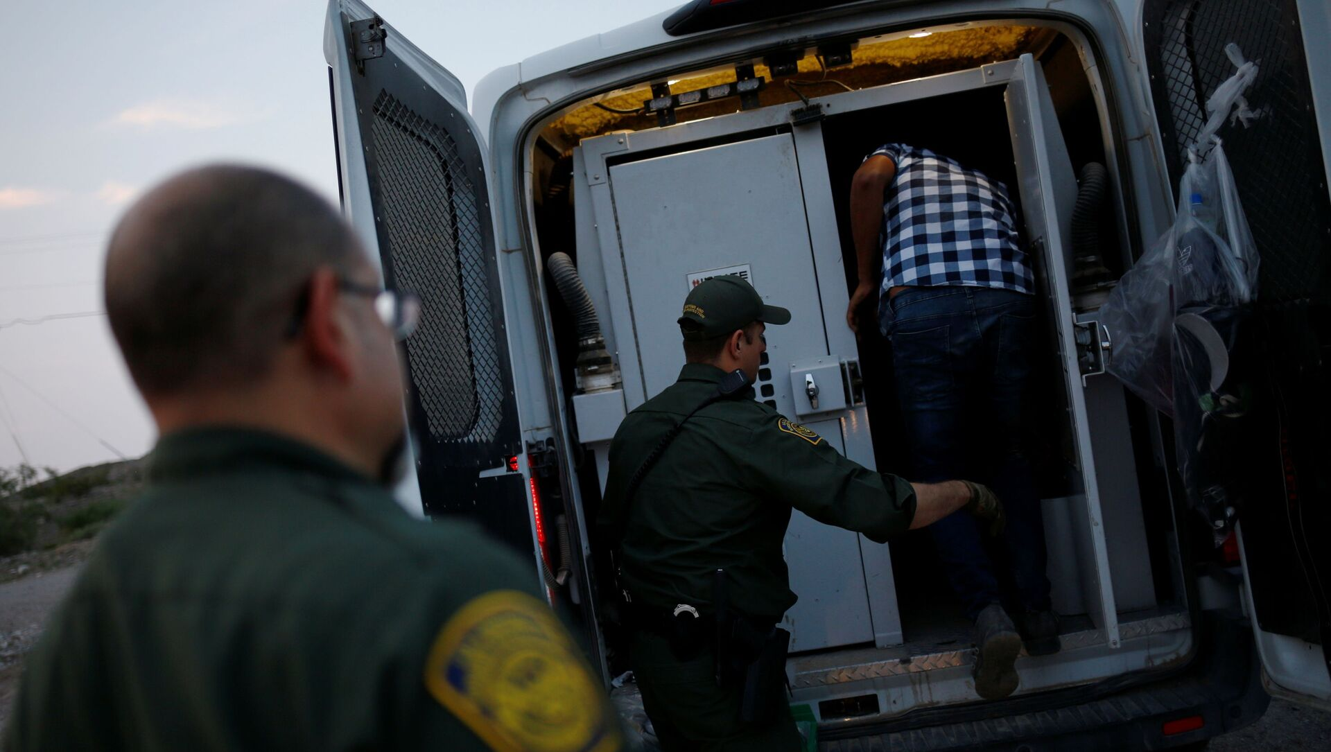 A migrant from Central America is detained by U.S. Border Patrol agents after crossing into the United States from Mexico, in Sunland Park, New Mexico, U.S., July 22, 2021 - Sputnik International, 1920, 29.07.2021