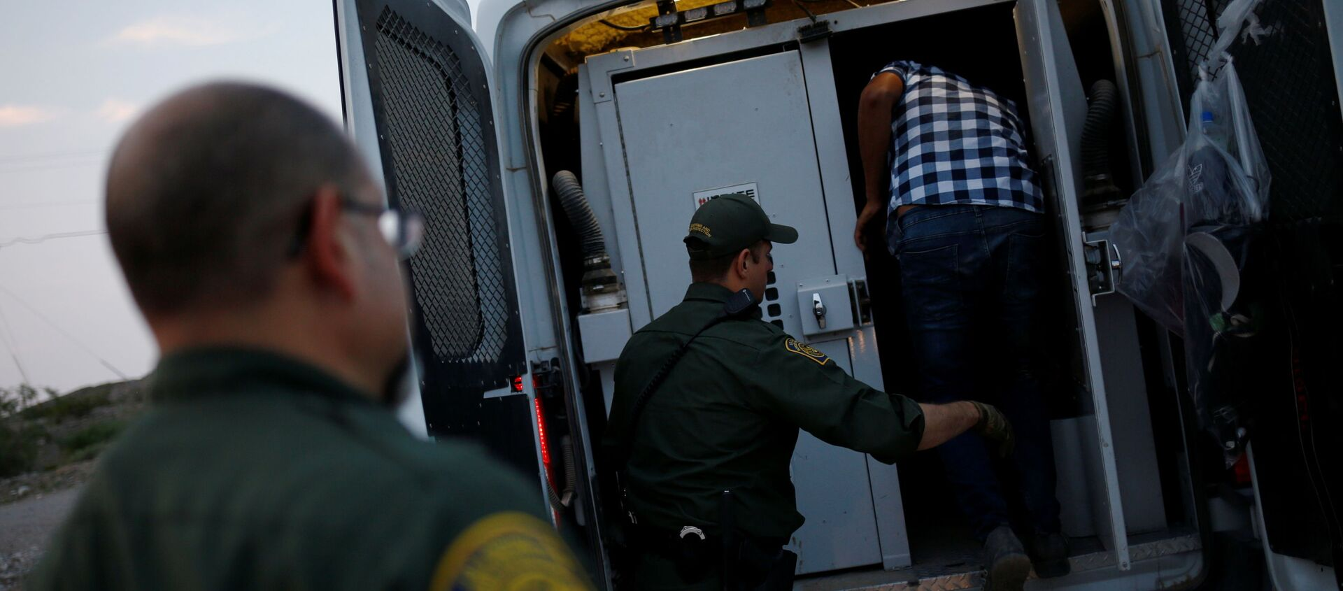 A migrant from Central America is detained by U.S. Border Patrol agents after crossing into the United States from Mexico, in Sunland Park, New Mexico, U.S., July 22, 2021 - Sputnik International, 1920