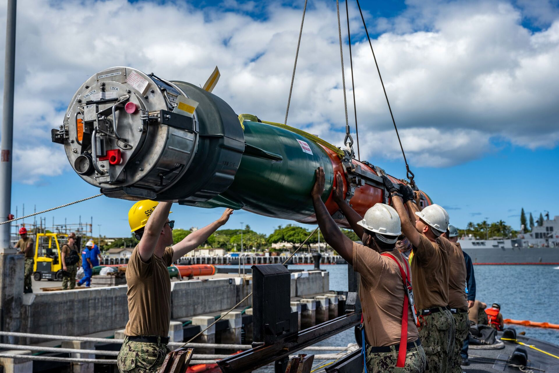 Sailors assigned to the Los Angeles-class fast-attack submarine USS Columbia (SSN 771) load a Mark 48 advanced capability torpedo for Exercise Agile Dagger 2021. - Sputnik International, 1920, 07.09.2021