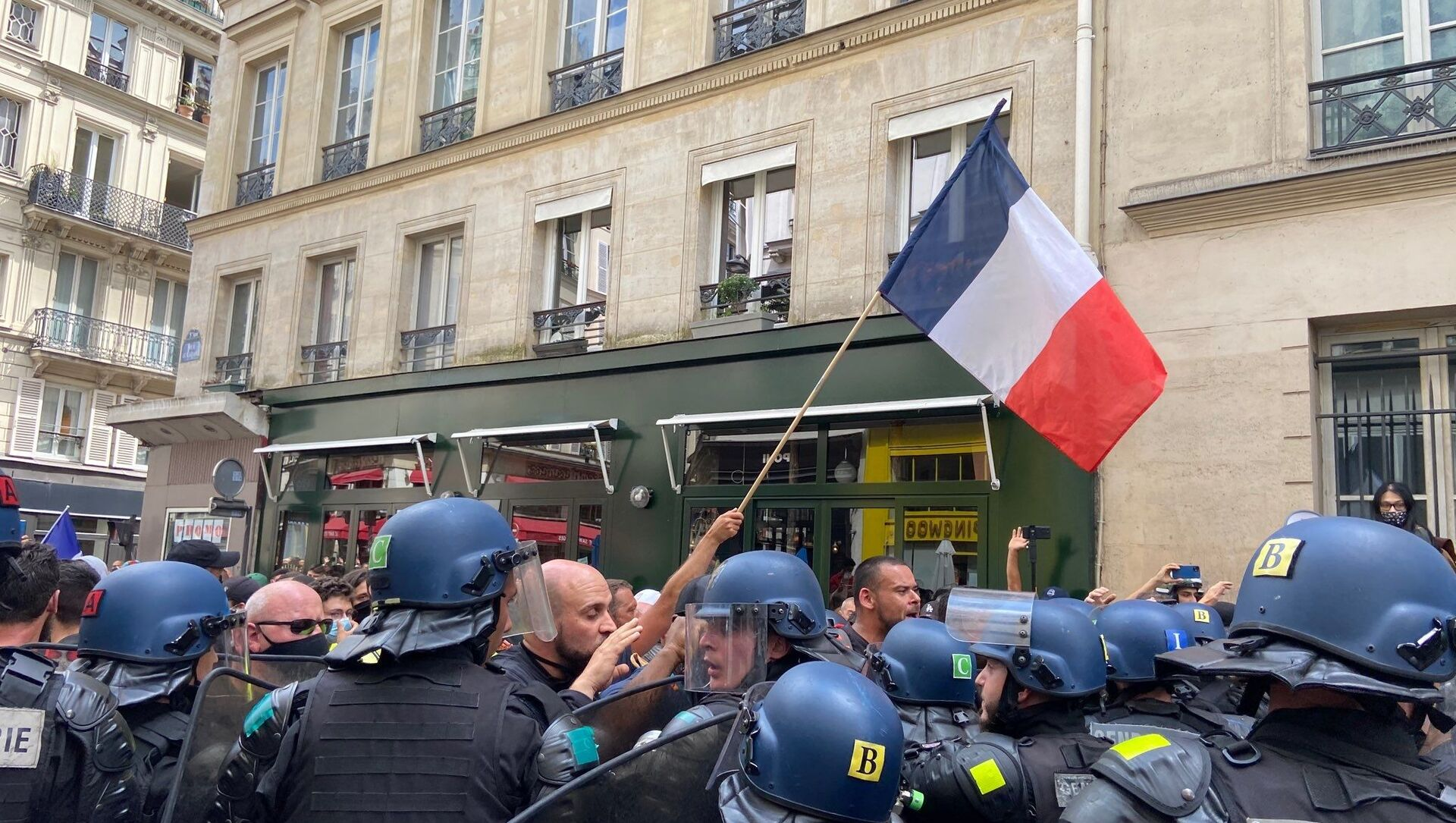 Demonstrators Clash With Police as French Protest Against COVID-19 Passes - Sputnik International, 1920, 24.07.2021
