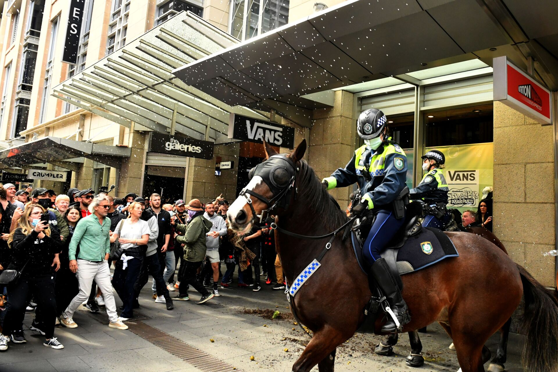 Protesters throw plastic bottles and pot plants at mounted police in the city centre during an anti-lockdown rally as an outbreak of the coronavirus disease (COVID-19) affects Sydney, Australia, July 24, 2021.   - Sputnik International, 1920, 07.09.2021