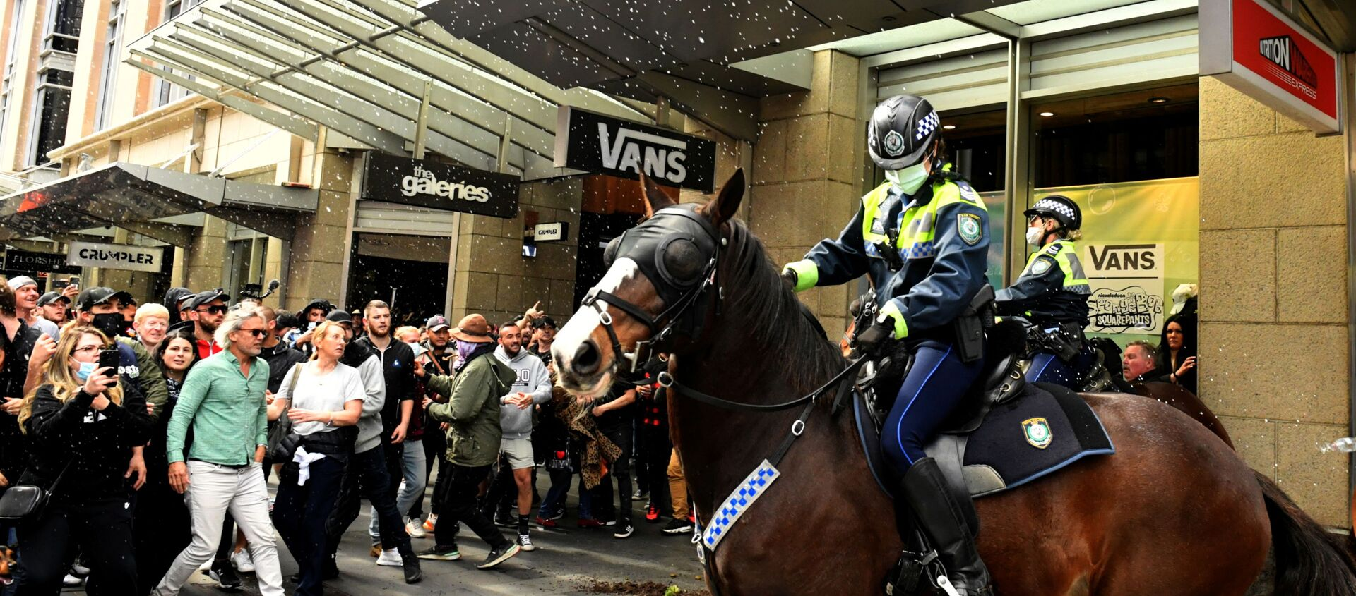 Protesters throw plastic bottles and pot plants at mounted police in the city centre during an anti-lockdown rally as an outbreak of the coronavirus disease (COVID-19) affects Sydney, Australia, July 24, 2021.   - Sputnik International, 1920, 21.08.2021