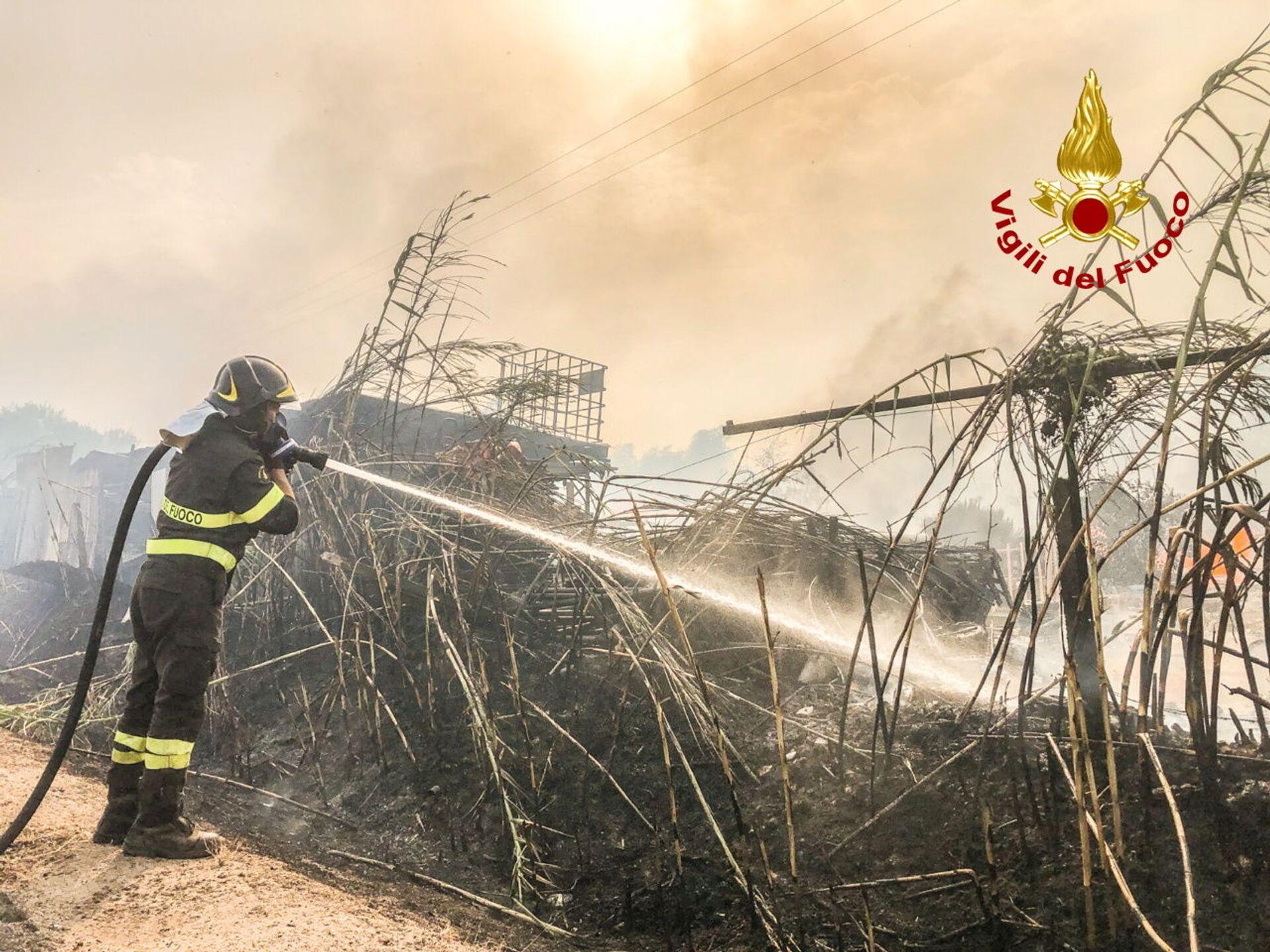 A firefighter battles the flames after a large wildfire broke out near Santu Lussurgiu, Sardinia, Italy July 24, 2021. - Sputnik International, 1920, 07.09.2021
