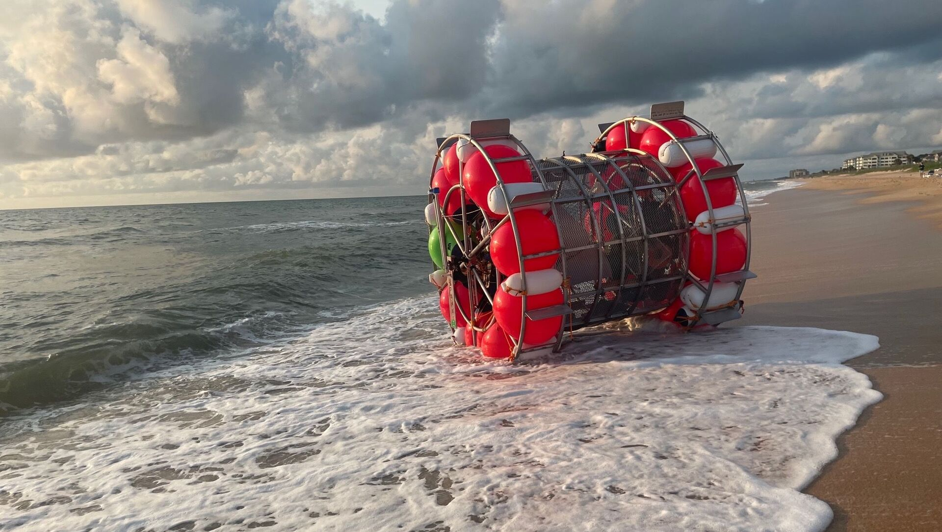 A bubble-like vessel washed ashore in Florida on July 24, 2021. - Sputnik International, 1920, 25.07.2021