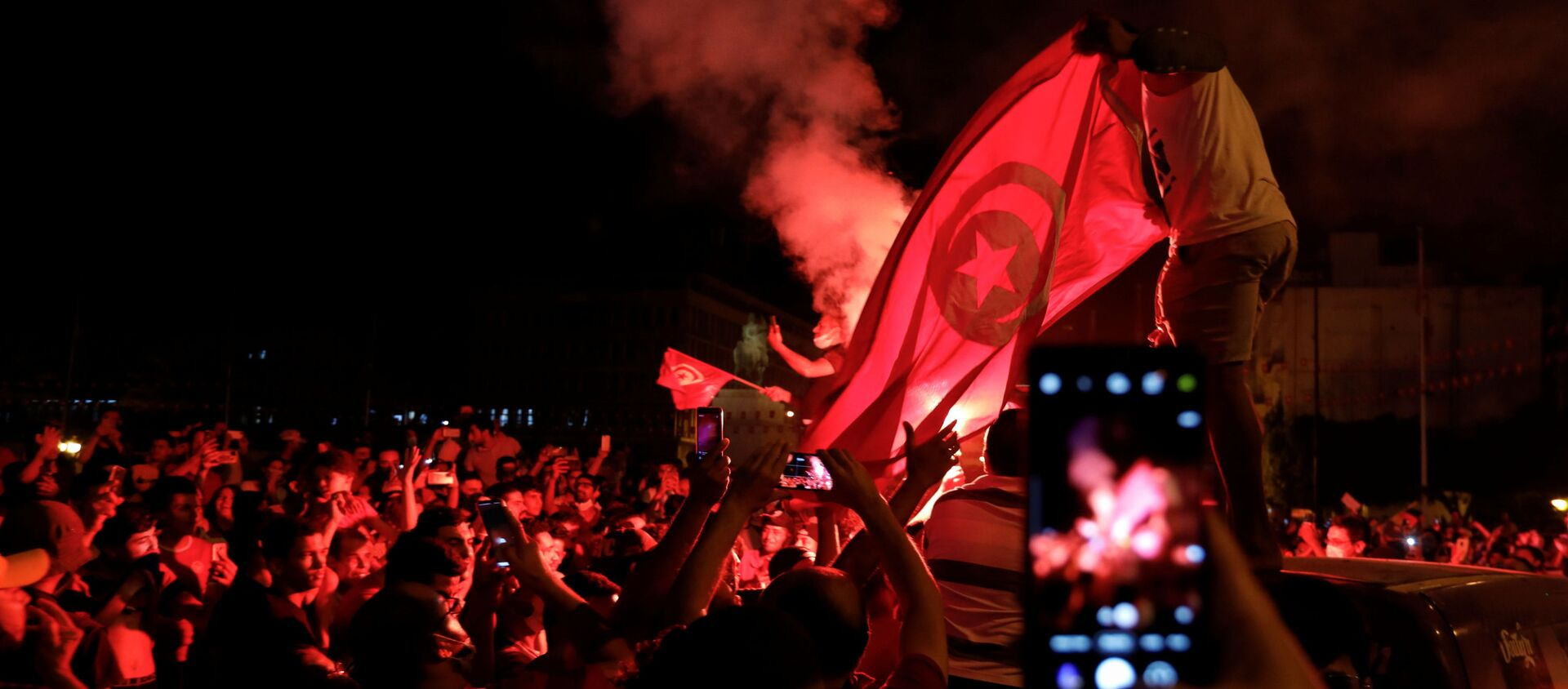 Supporters of Tunisia's President Kais Saied gather on the streets as they celebrate after he dismissed the government and froze parliament, in Tunis, Tunisia July 25, 2021. - Sputnik International, 1920, 25.07.2021