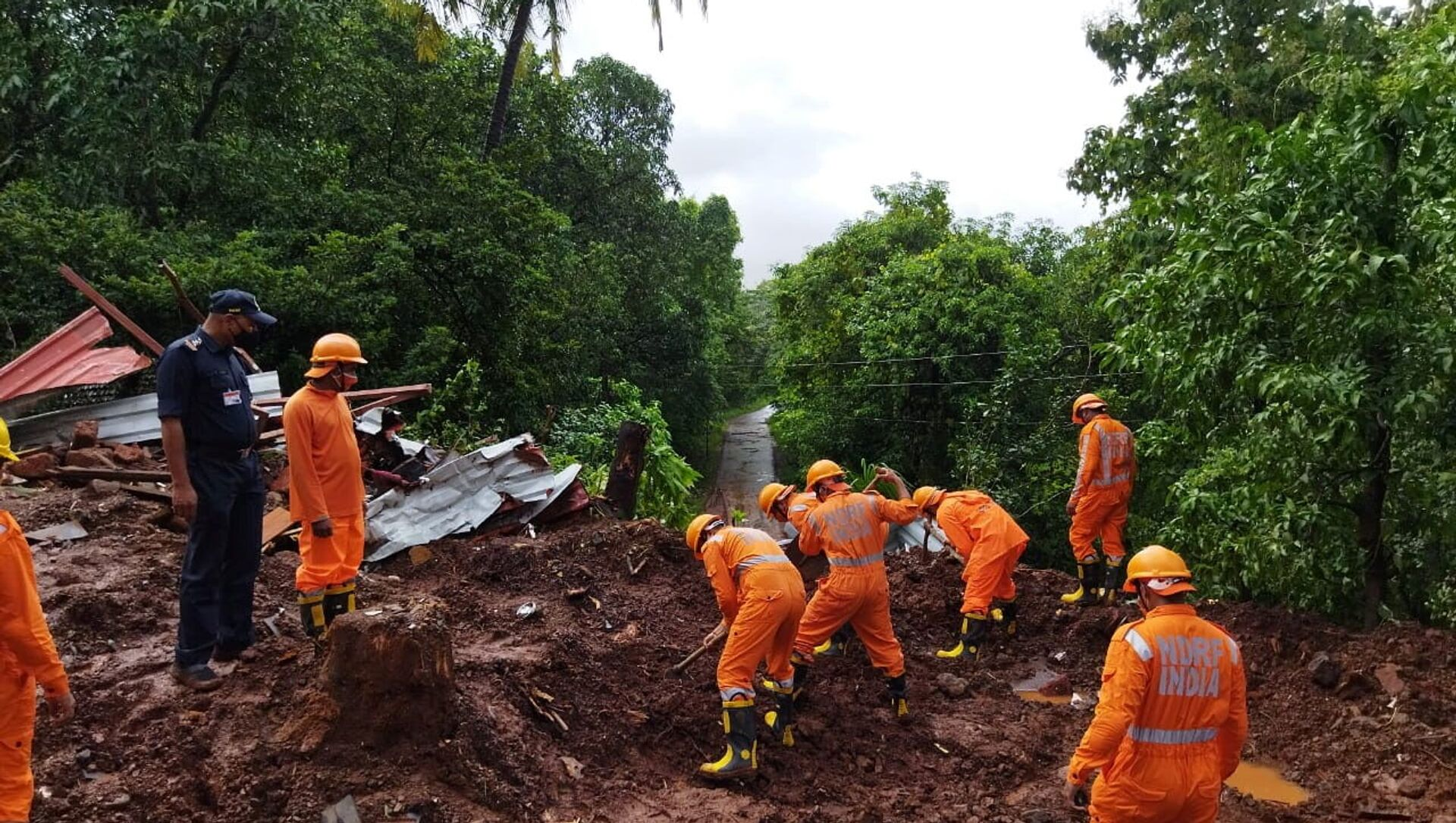 Members of National Disaster Response Force (NDRF) conduct a search and rescue operation after a landslide following heavy rains in Ratnagiri district, Maharashtra state, India, July 25, 2021.  - Sputnik International, 1920, 28.07.2021