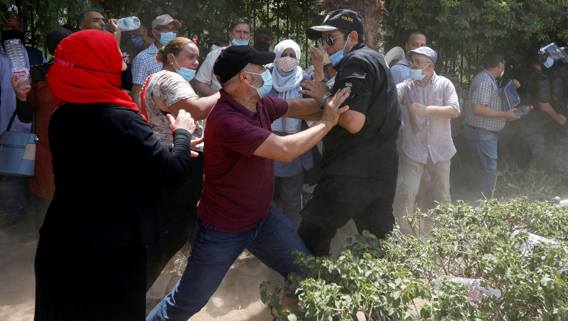 A supporter of Tunisia's biggest political party, the moderate Islamist Ennahda, scuffles with a police officer near the parliament building in Tunis, Tunisia July 26, 2021. - Sputnik International, 1920, 26.07.2021