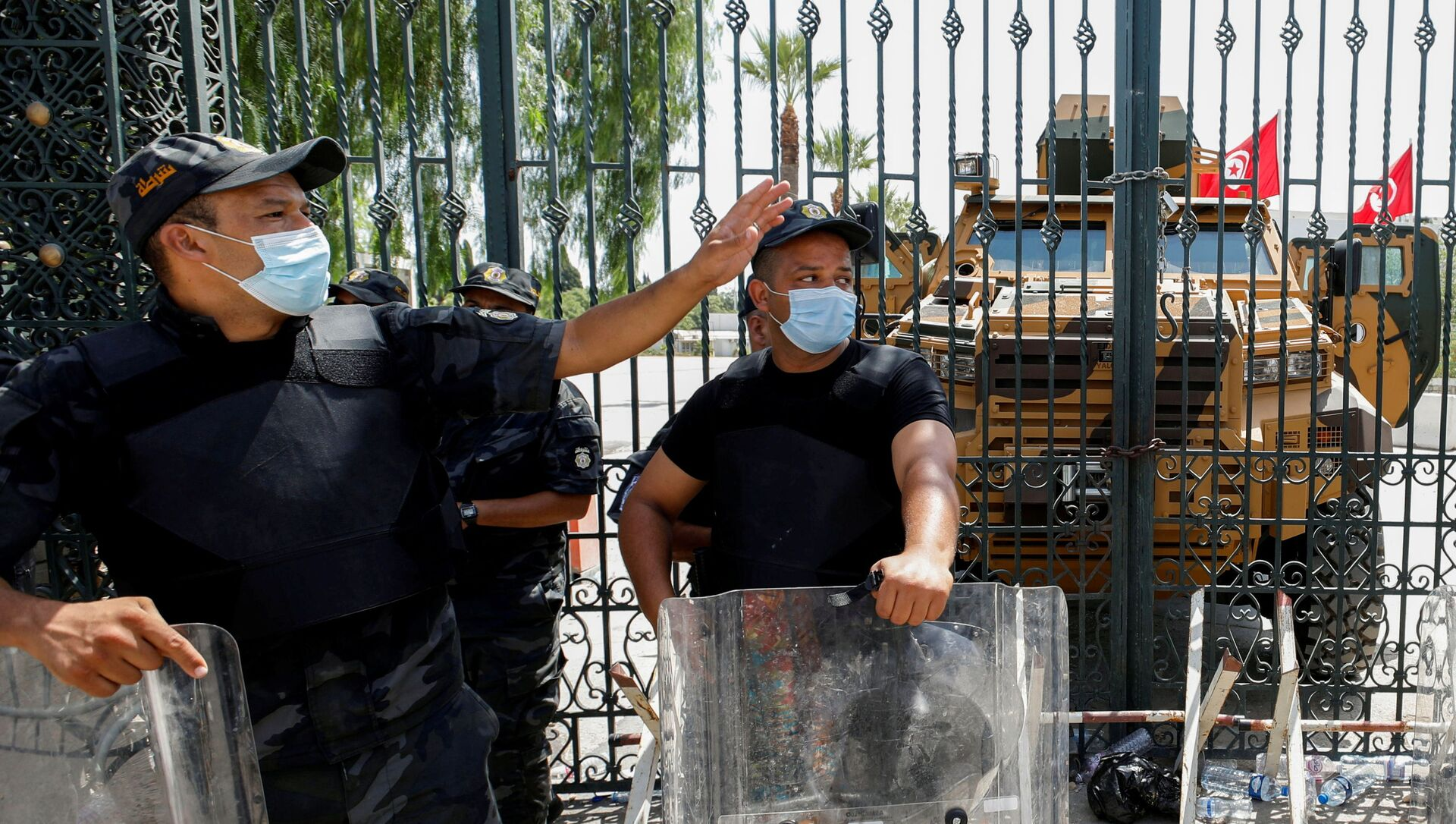 Police officers keep guard as supporters of Tunisia's biggest political party, the moderate Islamist Ennahda, gather outside the parliament building in Tunis, Tunisia July 26, 2021. - Sputnik International, 1920, 26.07.2021