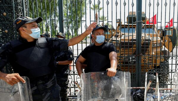 Police officers keep guard as supporters of Tunisia's biggest political party, the moderate Islamist Ennahda, gather outside the parliament building in Tunis, Tunisia July 26, 2021. - Sputnik International