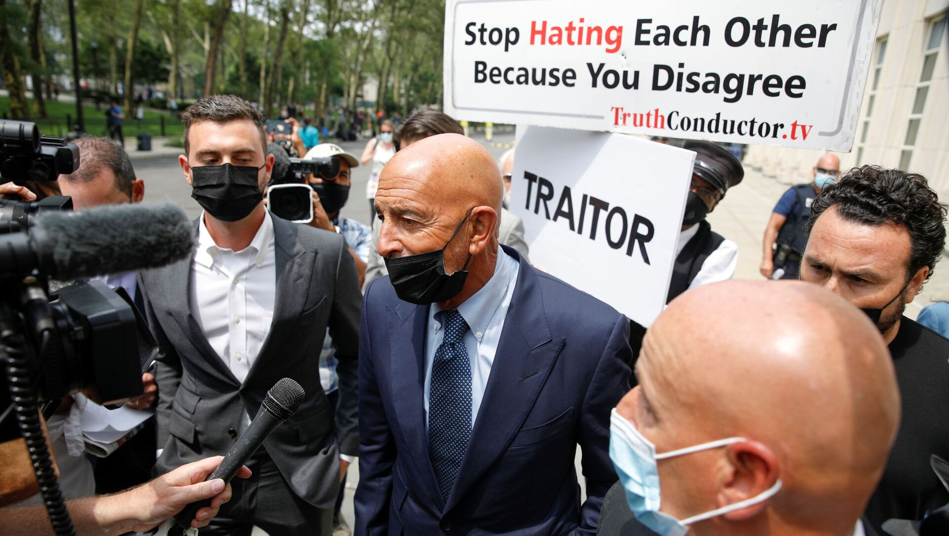 Thomas Barrack, a billionaire friend of Donald Trump who chaired the former president's inaugural fund, exits following his arraignment hearing at the Brooklyn Federal Courthouse in Brooklyn, New York, U.S., July 26, 2021. - Sputnik International, 1920, 26.07.2021